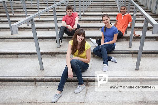 Jugendliche sitzen auf Stufen