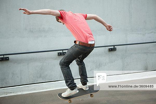 Junger Mann beim Skateboarden