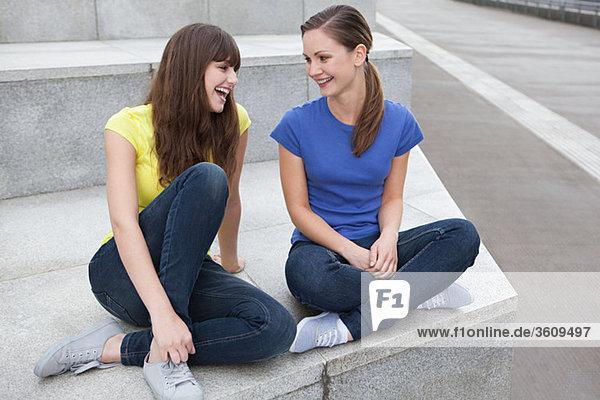 Freundinnen lachend