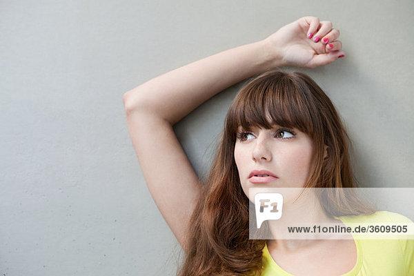 Bildnis einer jungen Frau mit erhobenem Arm