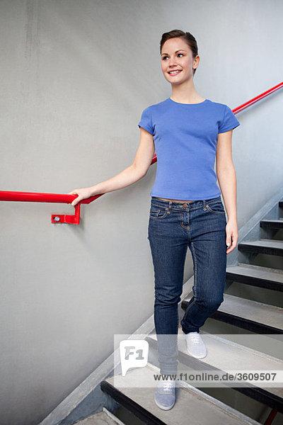 Junge Frau und Treppenhaus