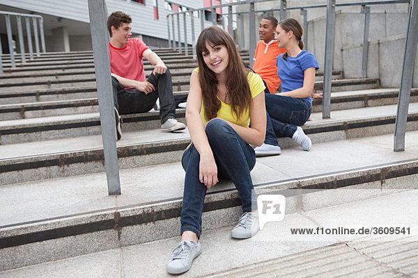 Junge Leute sitzen auf Schritte