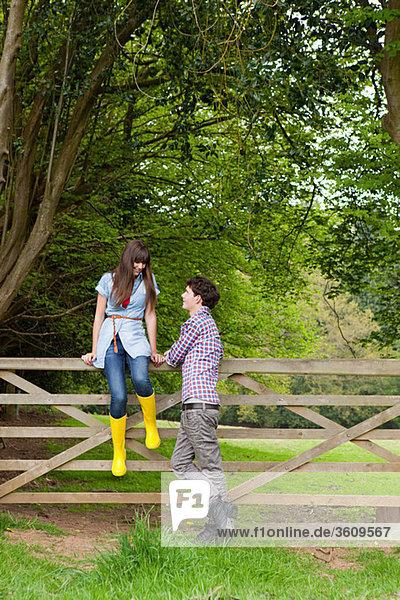 Junges Paar am Tor auf dem Land