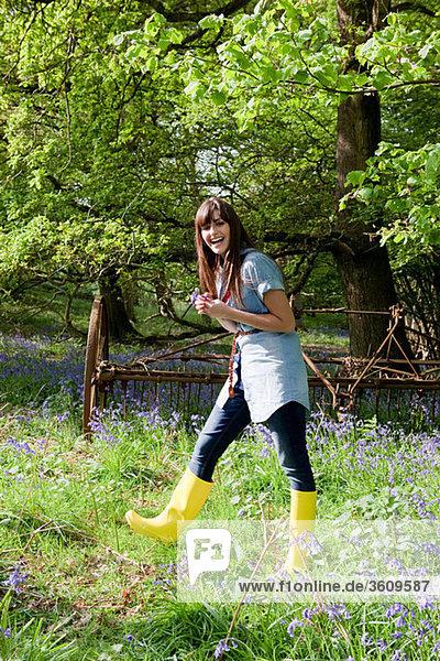 Junge Frau im Bereich der Hasenglöckchen