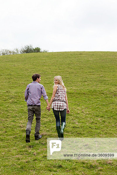 Junges Paar  das den Berg hinaufgeht