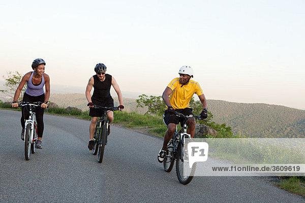 Drei Radfahrer auf der Straße
