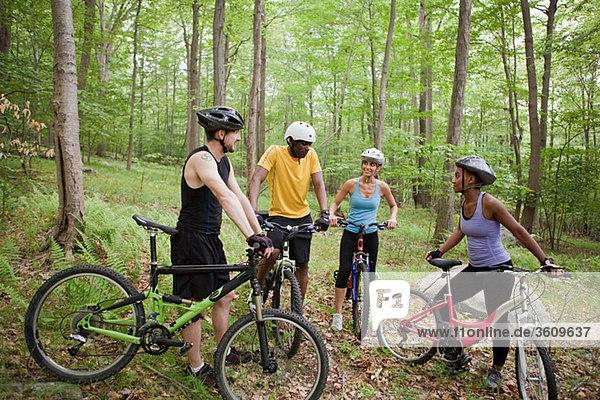 Vier Radfahrer im Wald
