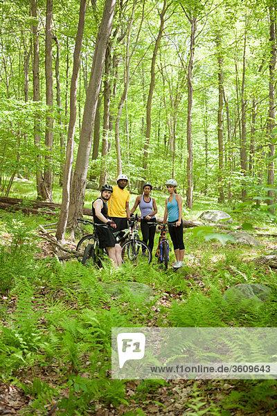 Vier Radfahrer in forest