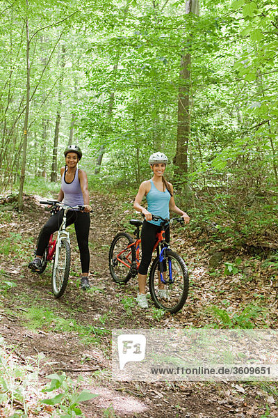 Zwei Radlerinnen im Wald