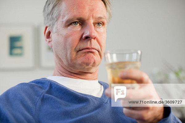 Mann mit Glas Whisky