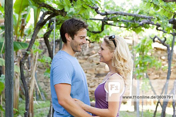 Glückliches Paar im Weinberg