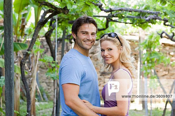 Paar in einem Weinberg