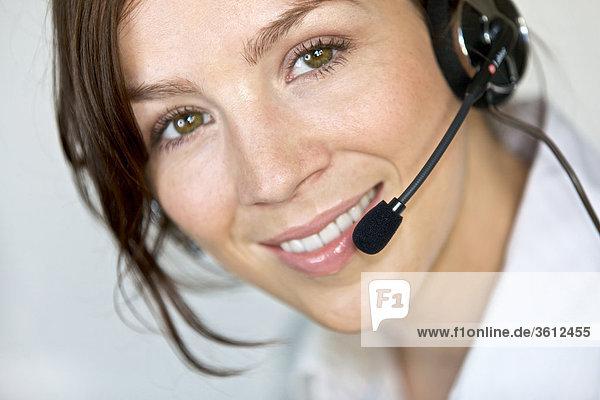 Lächelnde Frau mit Headset  Portrait