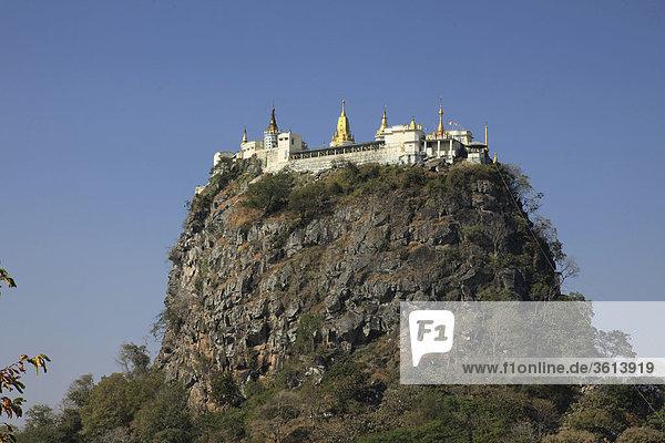 Myanmar  Burma  Burma  Popa Taungkalat Kloster auf dem Mt. Popa (1518 m) 50 km südöstlich von Bagan