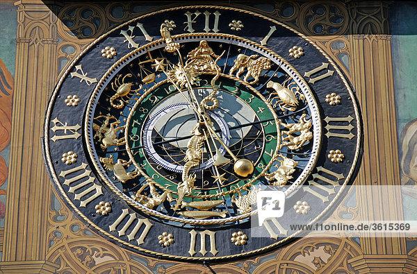 Mittelalterliche Uhrmacherkunst: Astronomische Uhr  Ostfassade des Ulmer Rathaus  Ulm  Oberschwaben  Baden-Württemberg  Deutschland  Europa