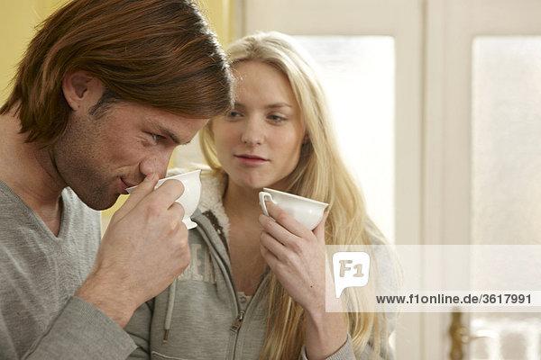 Junges Paar trinkt Kaffee in der Küche