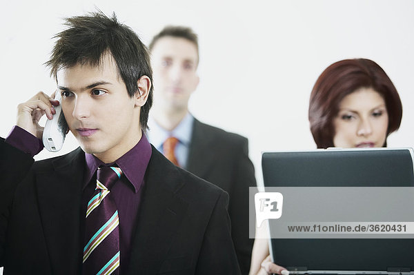 Nahaufnahme eines Kaufmanns geschäftsfrau mit einem Laptop ein schnurloses Telefon mit