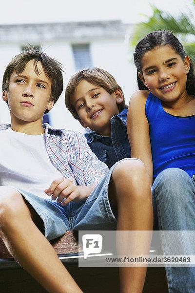 Mädchenbildnis lächelnd mit zwei jungen