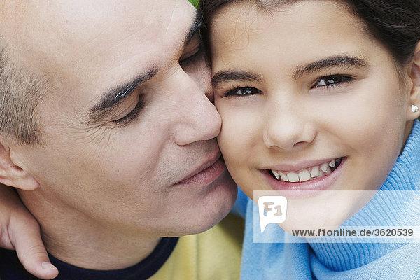 Nahaufnahme ein älterer Mann küssen seine Tochter