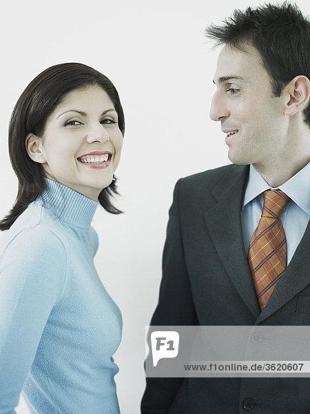 Geschäftsfrau und Kaufmann lächelnd zusammen
