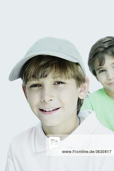 Bildnis eines Knaben mit seinem Freund im Hintergrund lächelnd