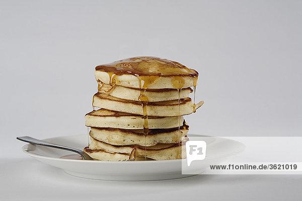Nahaufnahme eines Stapels Brot mit Honig in einem Teller