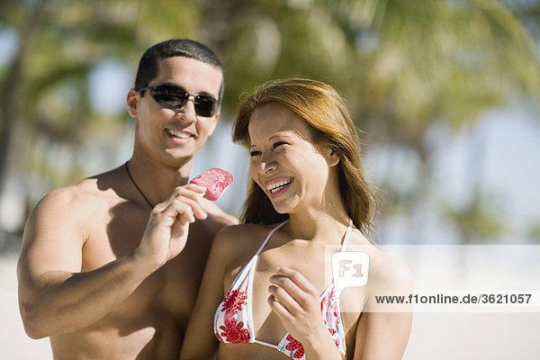 Nahaufnahme einer jungen Frau und ein Mitte Erwachsenen Mann lächelnd zusammen