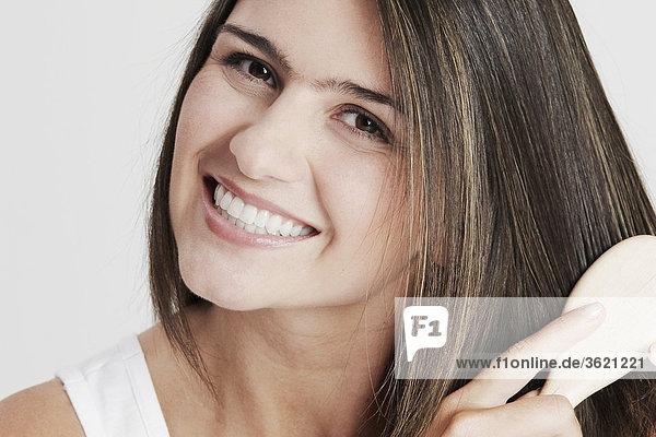 Portrait einer jungen Frau combing her hair