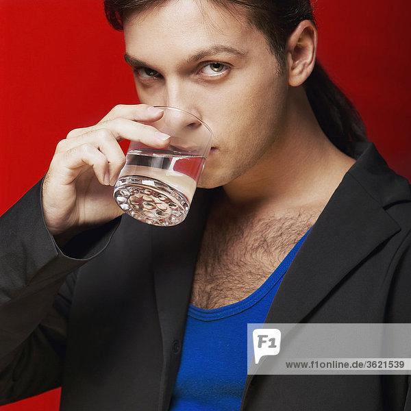Porträt eines jungen Mannes Trinkwasser