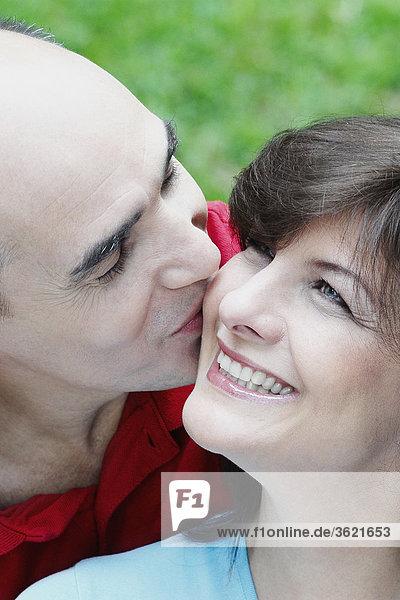 Nahaufnahme ein älterer Mann küssen eine reife Frau lächelnd