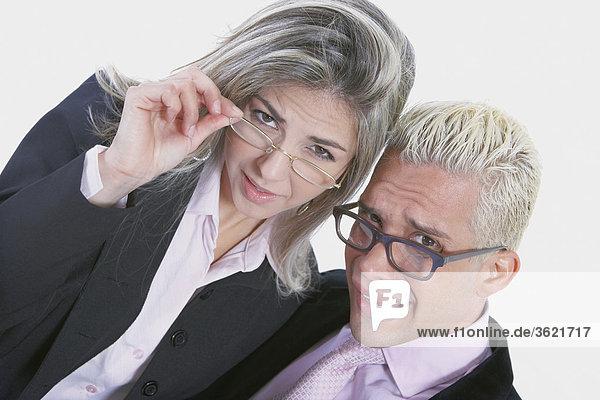Porträt von geschäftsfrau und Geschäftsmann tragen Brillen