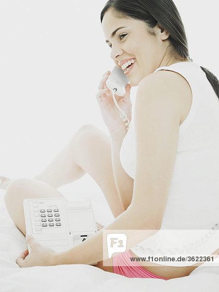Seitenansicht einer jungen Frau mit einem Telefon