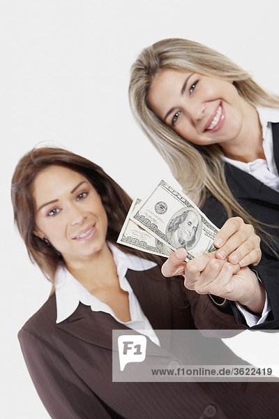 Porträt von zwei geschäftsfrau hält American Geldschein
