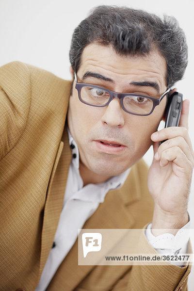 Nahaufnahme eines Mitte Erwachsenen Mannes mit einem Mobiltelefon
