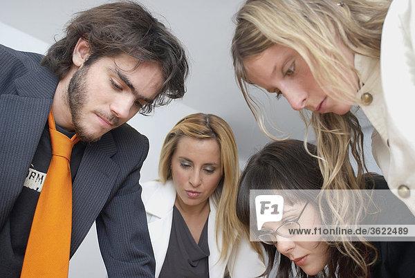 Nahaufnahme eines Kaufmanns und drei Geschäftsfrauen diskutieren