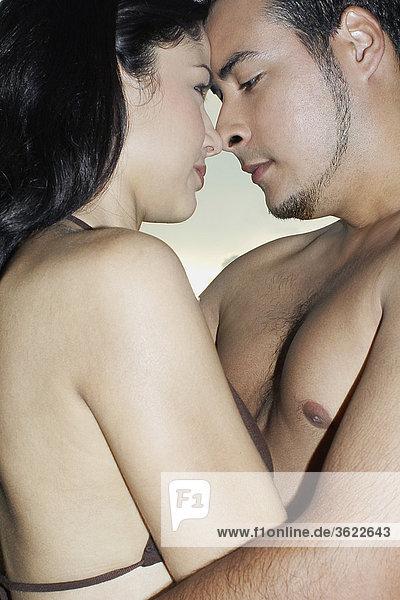 Seitenansicht eines jungen Paares umarmen einander