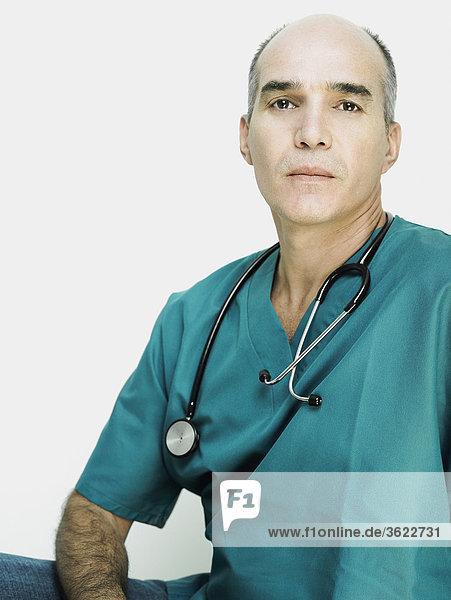 Porträt von einem männlichen Arzt mit einem Stethoskop um den Hals