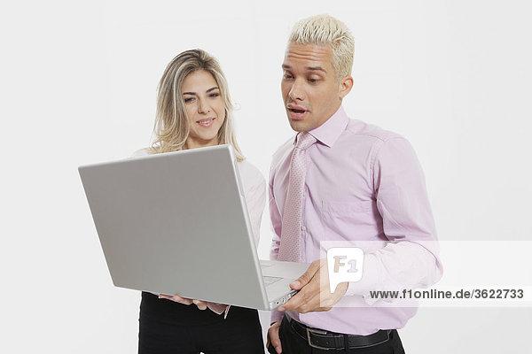 Geschäftsfrau und Unternehmer mit einem laptop