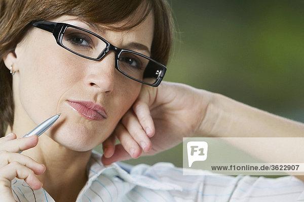 Porträt von geschäftsfrau denken