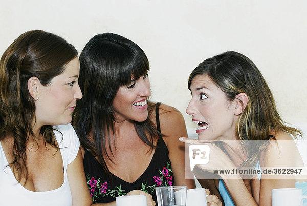 Nahaufnahme von zwei junge Frauen und Mitte erwachsen frau klatschen