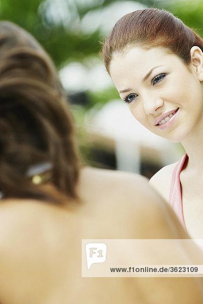 Nahaufnahme der zwei jungen Frauen Gesicht