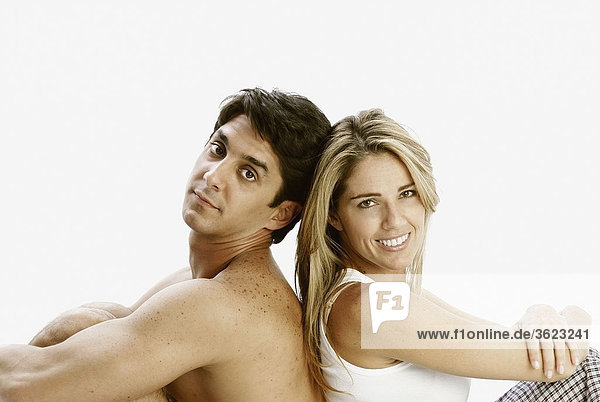 Porträt eines Mitte adult Paares sitzen wieder und lächelnd