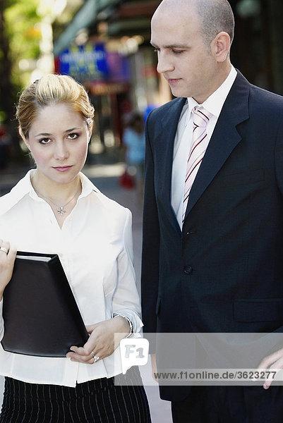 stehend Portrait Geschäftsfrau Geschäftsmann