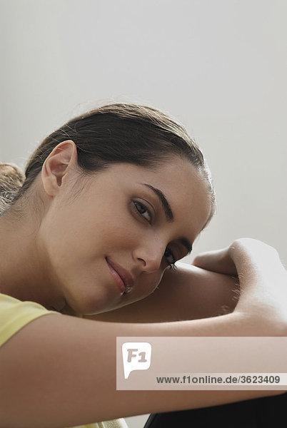 Portrait einer jungen Frau umarmt die Knien