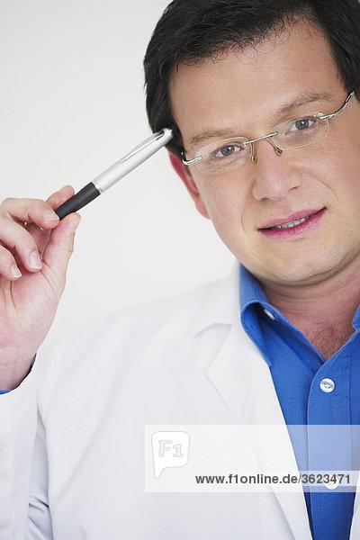 Porträt von einem männlichen Arzt denken