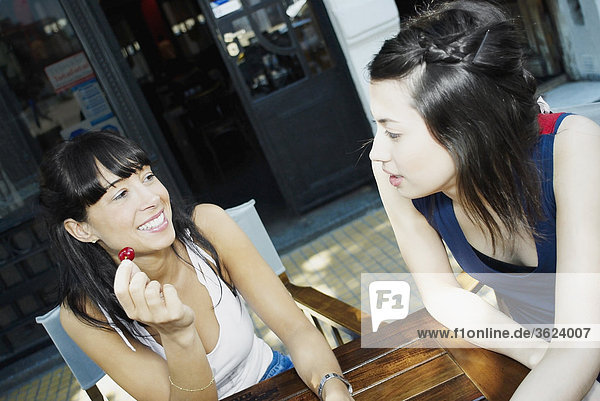 Erhöhte Ansicht einer Mitte erwachsen frau und eine junge Frau lächelnd