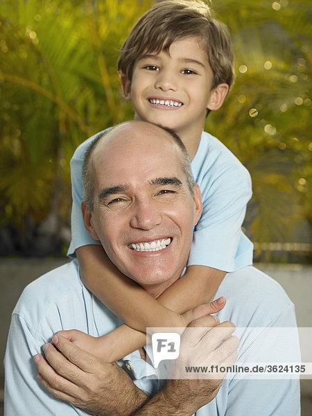 Boy Reiten huckepack auf seinem Vater