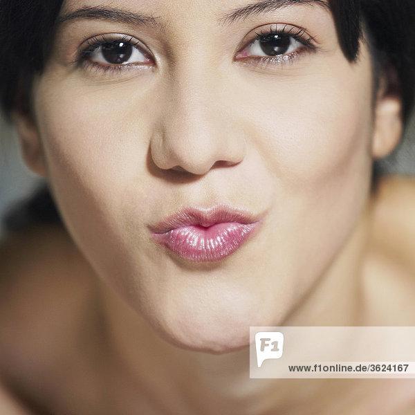 Portrait einer jungen Frau puckering