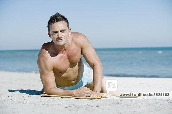 liegend liegen liegt liegendes liegender liegende daliegen Portrait Mann Strand jung