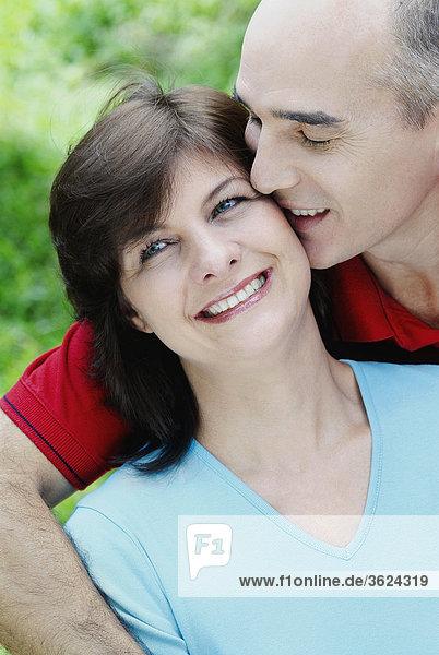 Nahaufnahme ein älterer Mann küssen eine reife Frau und lächelnd